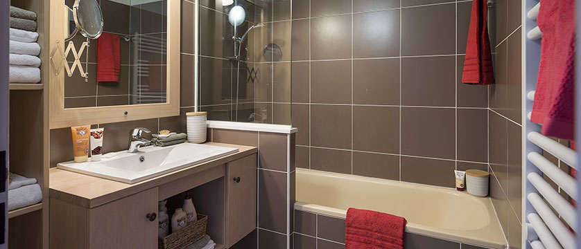 france_alpedhuez_lesbergers-aparments_bathroom.jpg